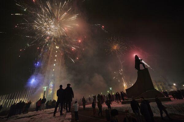 Исландцы празднуют канун Нового года и надеются на более яркий год - Sputnik Грузия