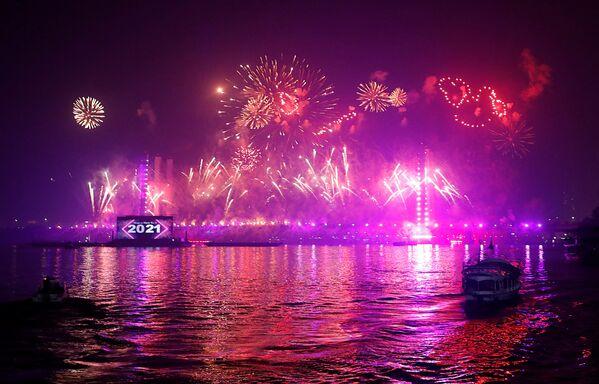 Салют над новым подвесным мостом, пересекающим реку Нил и названным Тахья Миср (Да здравствует Египет), во время празднования Нового года в Каире - Sputnik Грузия
