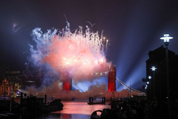 Фейерверк над Тауэрским мостом в Лондоне. Традиционный новогодний фейерверк на колесе обозрения London Eye отменили. Вместо него в телеэфире Би-би-си продемонстрировали фейерверки и лазерное шоу на нескольких достопримечательностях британской столицы - Sputnik Грузия