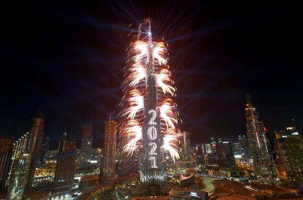 Фейерверк взрывается прямо из Бурдж-Халифа, самого высокого здания в мире, во время празднования Нового года в Дубае - Sputnik Грузия