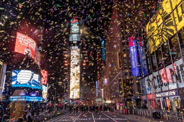 На Таймс-сквер в Нью-Йорке вместо салюта, как обычно, много конфетти, но нет зрителей. В этом году здесь состоялся концерт, на который пригласили небольшую группу борцов с коронавирусом - Sputnik Грузия