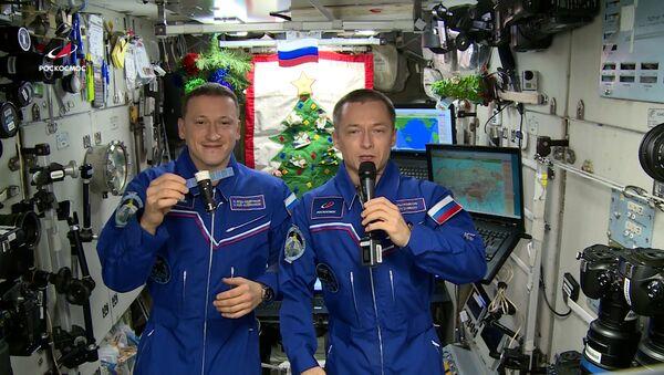 Космонавты поздравили жителей Земли с Новым годом - видео - Sputnik Грузия