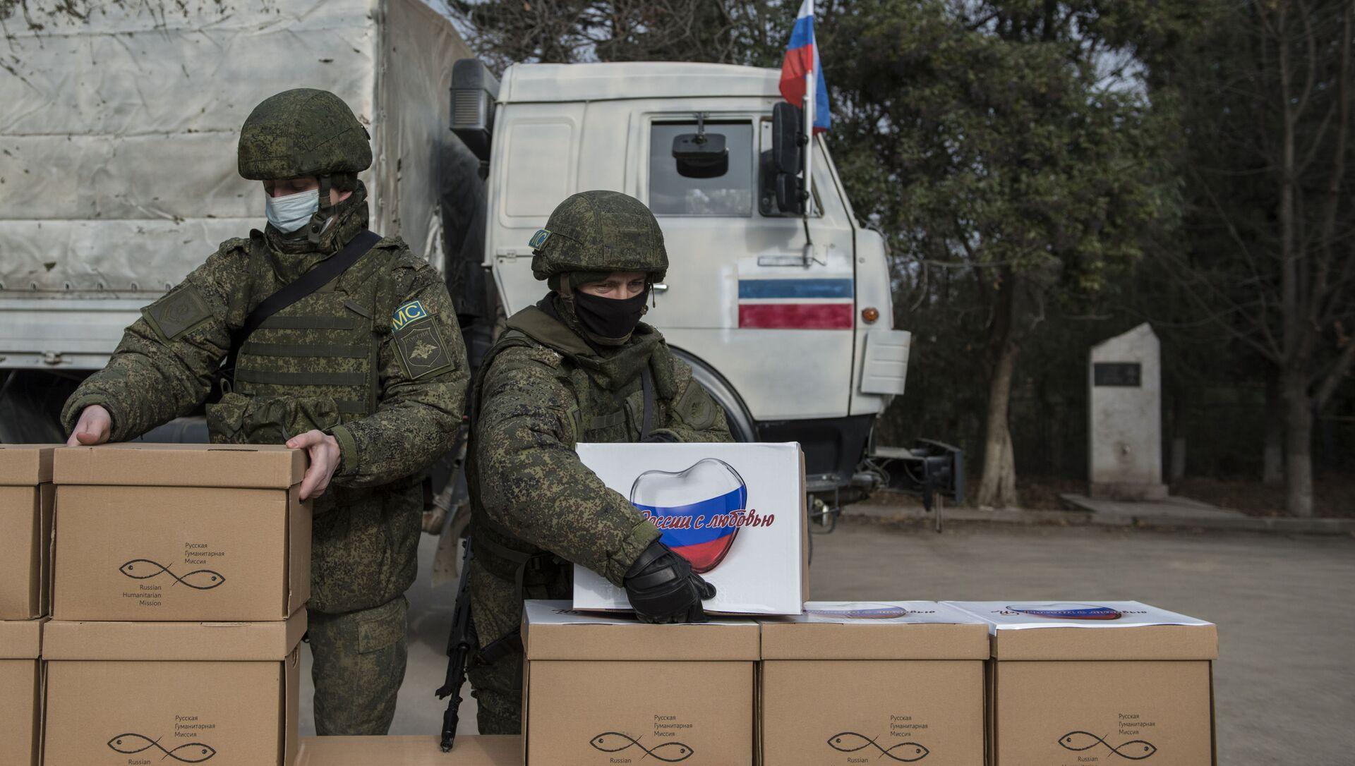 Миротворцы раздают гуманитарную помощь жителям города Мартакерт в Нагорном Карабахе - Sputnik Грузия, 1920, 31.05.2021