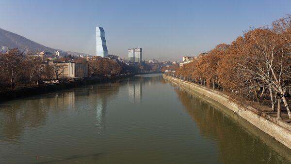 Вид на город Тбилиси - река Кура, набережная в солнечную погоду зимой - Sputnik Грузия