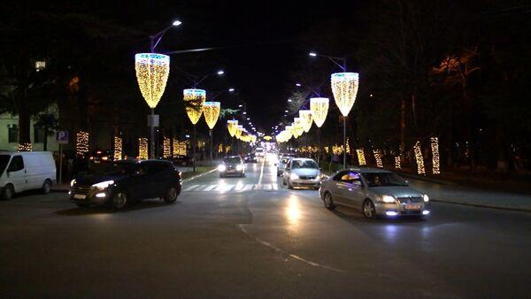 Новый год преобразил Кутаиси: новогодняя иллюминация и главная елка - видео - Sputnik Грузия