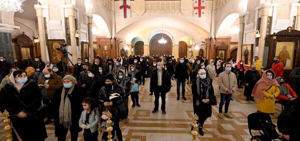 Но церковная служба проходила с соблюдением всех норм безопасности из-за пандемии коронавируса  - Sputnik Грузия