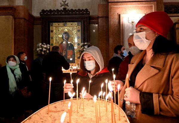 Ношение масок во время церковных служб стало обязательным еще весной, когда только вводились ограничения из-за пандемии коронавируса - Sputnik Грузия