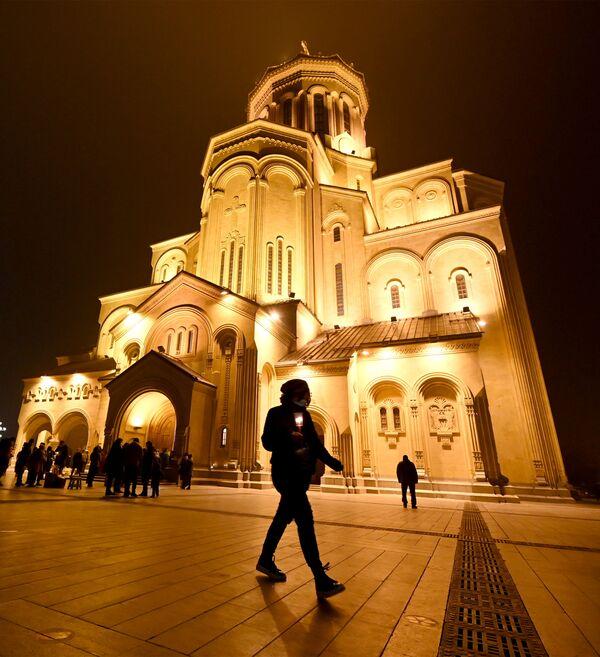 Праздничное богослужение во всех храмах Грузии началось накануне с 23:00 и длилось всю ночь - Sputnik Грузия