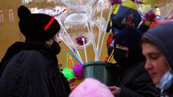 Тбилисцы и Старый Новый год -  продавец воздушных шаров - Sputnik Грузия