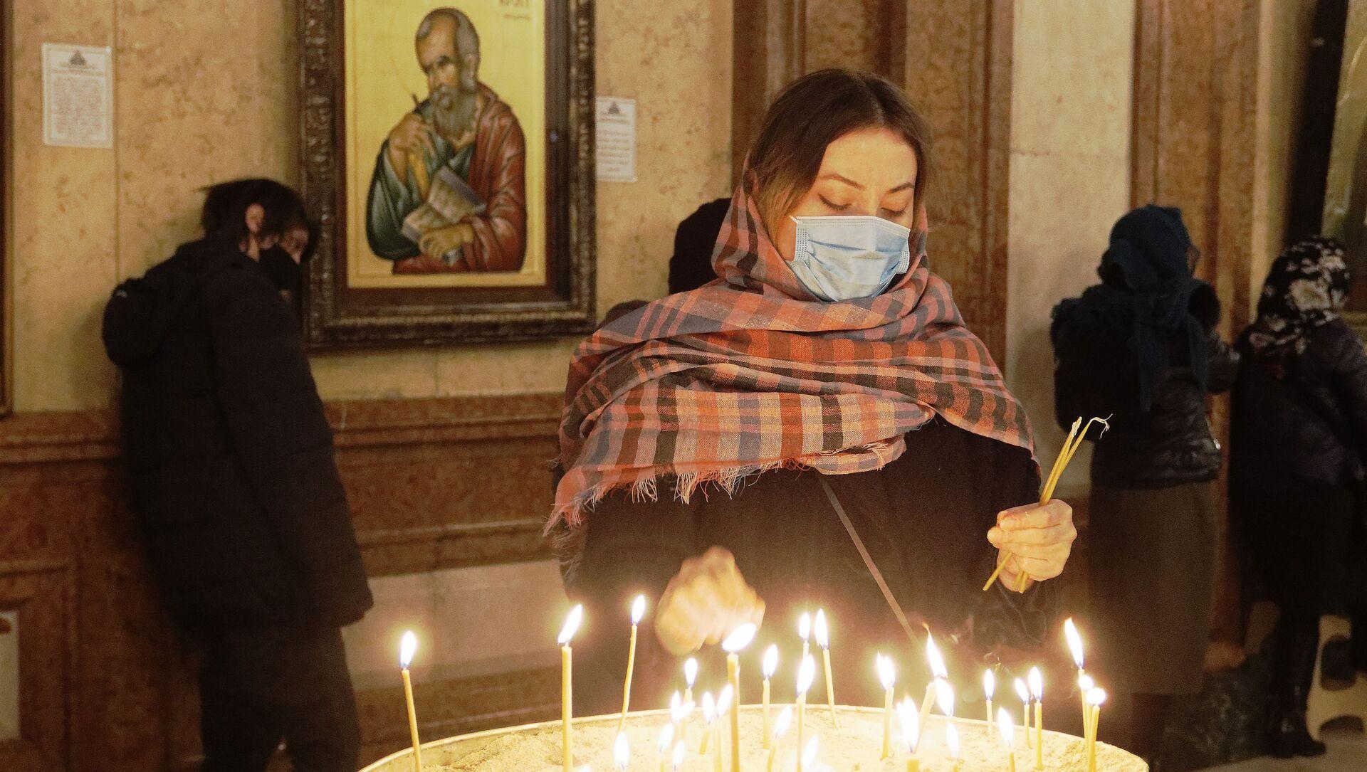 Религия и православие. Верующие в церкви зажигают свечи - Sputnik Грузия, 1920, 02.04.2021
