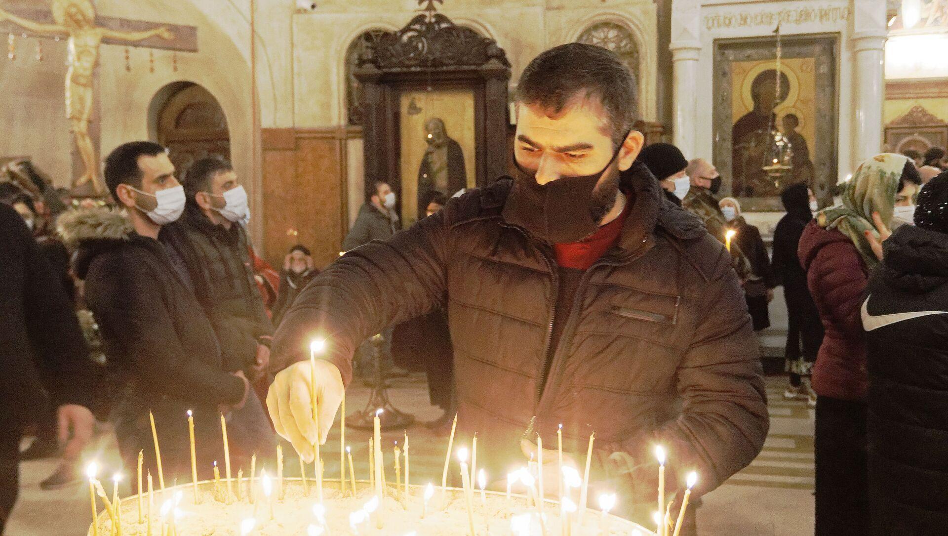 Религия и православие. Верующие в церкви зажигают свечи - Sputnik Грузия, 1920, 26.04.2021