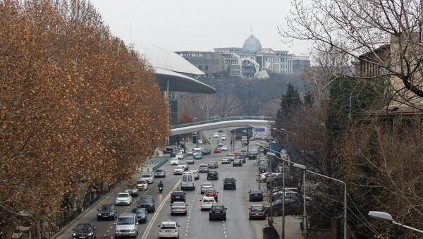 Тбилиси зимой в пасмурную погоду - машины на набережной у Дома Юстиции - Sputnik Грузия