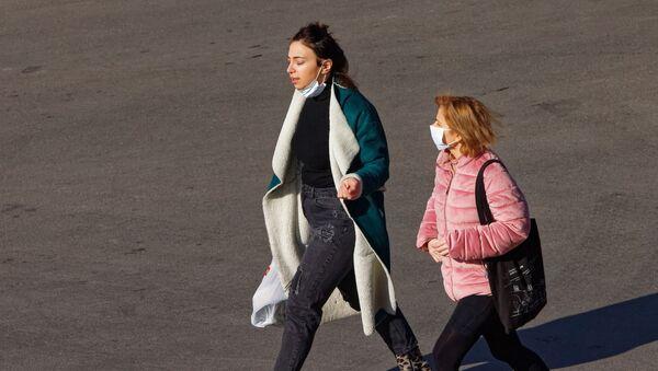 Эпидемия коронавируса - молодые девушки на улице в масках - Sputnik Грузия
