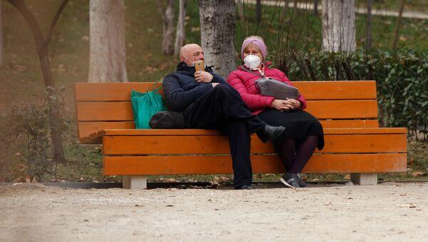 Эпидемия коронавируса - пожилая пара в парке в масках - Sputnik Грузия