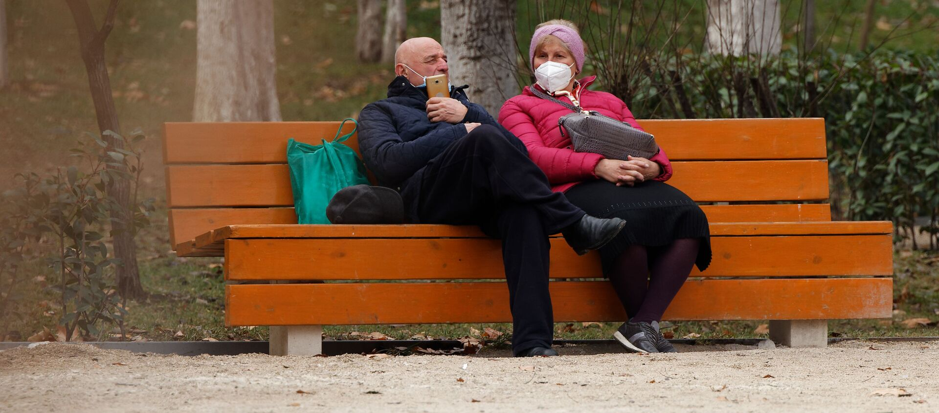 Эпидемия коронавируса - пожилая пара в парке в масках - Sputnik Грузия, 1920, 12.02.2021