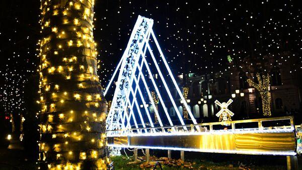 Мировые достопримечательности. Новогодние украшения в столице Грузии. Мост Сан-Франциско - Sputnik Грузия