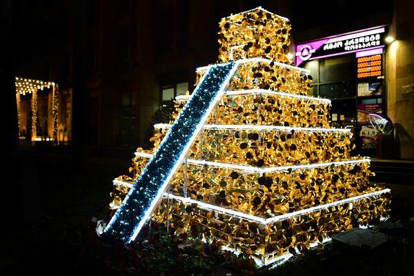 Не отстает от европейских памятников и культура народов Америки. Пирамида инков на проспекте Руставели - Sputnik Грузия