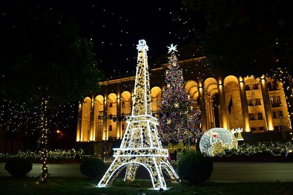 Эйфелева башня в центре Тбилиси - если нельзя поехать во Францию, то сама Франция приходит к нам - Sputnik Грузия