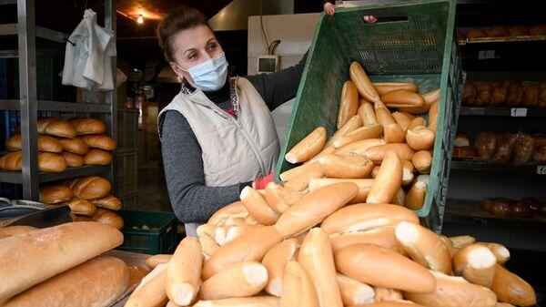 Эпидемия коронавируса - женщина в маске в хлебном магазине - Sputnik Грузия