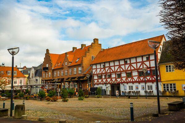 Ольборг - город в Дании, в центре Северной Ютландии. Население 104 885 человек. Его географическое положение на Лим-фьорде способствовало тому, что в Средние века город стал важной гаванью, а позднее - промышленным центром   - Sputnik Грузия