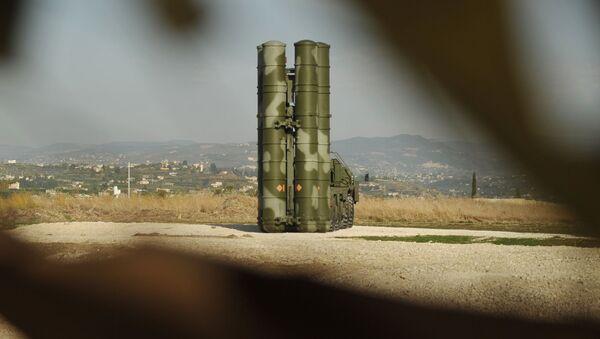 Зенитно-ракетный комплекс С-400 во время заступления на боевое дежурство на российской авиабазе Хмеймим для обеспечения безопасности полетов российской авиагруппы в Сирии - Sputnik Грузия