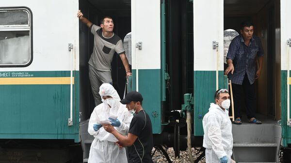 Трудовые мигранты. Посадка на поезд из Ростова-на-Дону в Узбекистан  - Sputnik Грузия