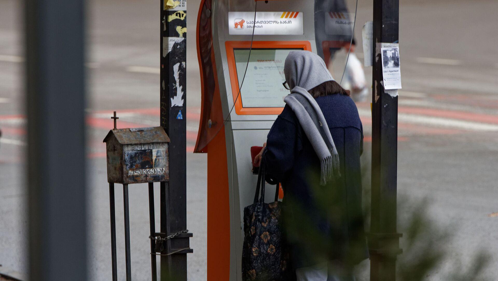 Банковские услуги и сервис. Женщина у терминала быстрой оплаты Сакартвелос банки - Sputnik Грузия, 1920, 01.04.2021