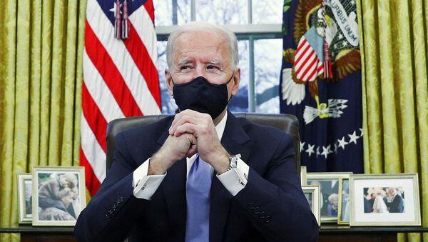 Президент США Джо Байден подписывает указы в Овальном кабинете Белого дома - Sputnik Грузия
