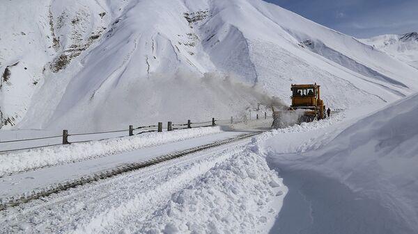 Процесс очистки от снега участка Коби-Гудаури  автомобильной дороги Мцхета-Степанцминда-Ларс - Sputnik Грузия