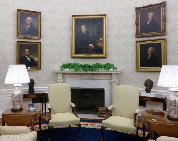 Новое убранство Овального кабинета для президента США Джо Байдена, 2021 год  - Sputnik Грузия