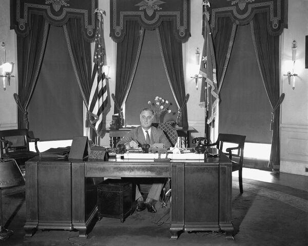 Облик современного Овального кабинета оформился при президенте США Франклине Рузвельте в 1933 году и с тех пор кардинально не менялся. У 32-го президента был сине-зеленый ковер и темно-зеленые портьеры с балдахином в виде орла и серо-зелеными стенами   - Sputnik Грузия