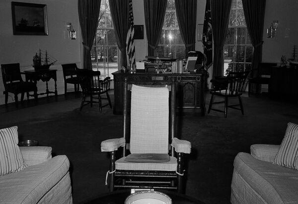 Овальный кабинет при Джоне Кеннеди оставался таким же, как при двух его предшественниках: Трумэне и Эйзенхауэре. К обновлению кабинета для Кеннеди приступили во время его поездки в Даллас в 1963 году, где президент погиб при покушении   - Sputnik Грузия