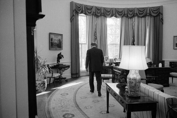Президент Джеральд Форд использовал кабинет как свое основное рабочее пространство, заменив темно-синий ковер Никсона на бледно-золотой коврик с голубыми цветочками   - Sputnik Грузия