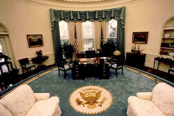 Вид на убранство Овального кабинета президента США Джорджа Буша-старшего, 1990 год - Sputnik Грузия