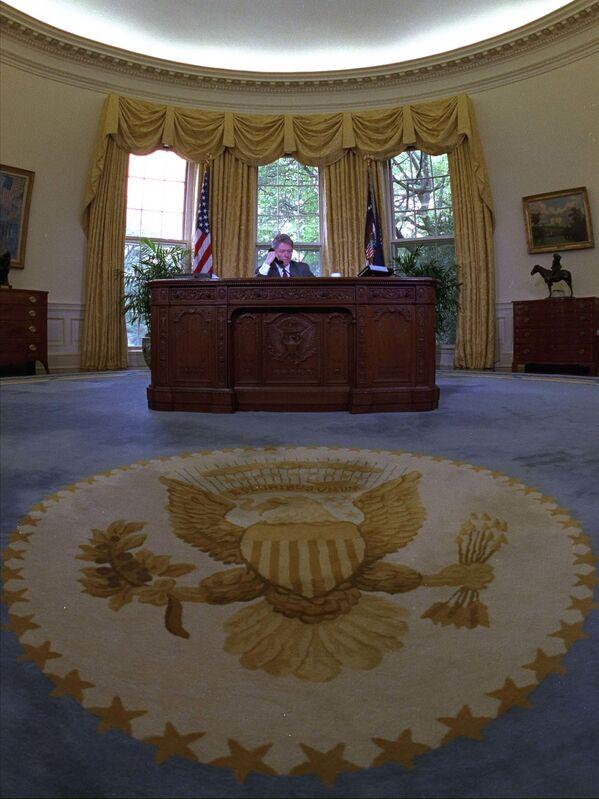 Скандальный кабинет Билла Клинтона украшали несколько картин, в том числе Авеню под дождем Чайлда Фредерика Хассама, которую сейчас вернул Байден. Предметы искусства Белому дому во временное пользование предоставляются Национальной художественной галереей США - Sputnik Грузия