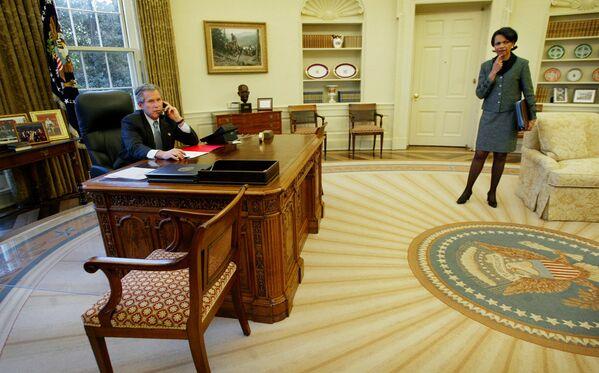 Джордж Буш-младший выбрал для кабинета более приглушенную цветовую палитру, чем его предшественник, используя оттенки серо-коричневого и цвета морской волны. За дизайн ковра отвечала его жена Лора - Sputnik Грузия