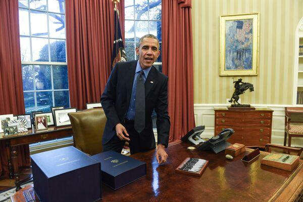Президент США Барака Обама в Овальном кабинете в Белом доме, 2015 год. Справа - та самая Авеню под дождем. Во время его первого срока кабинет был выдержан в спокойных тонах, позже там появились красные шторы - Sputnik Грузия