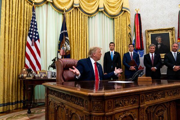 Президент США Джо Байден, вступивший в должность 20 января 2021 года, первым делом убрал из кабинета красную кнопку, которую его предшественник Дональд Трамп использовал для вызова официанта с диетической колой  - Sputnik Грузия