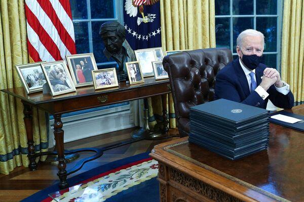 Джо Байден сделал много изменений в Овальном кабинете. Он выставил семейные фотографии на комоде вокруг бюста лидера рабочего движения и активиста по защите гражданских прав Цезаря Чавеса. При этом убрав бюст британского премьер-министра Уинстона Черчилля, а также флаги родов войск США   - Sputnik Грузия