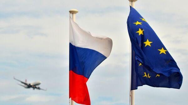 Флаги России, ЕС, Франции и герб Ниццы на набережной Ниццы - Sputnik Грузия