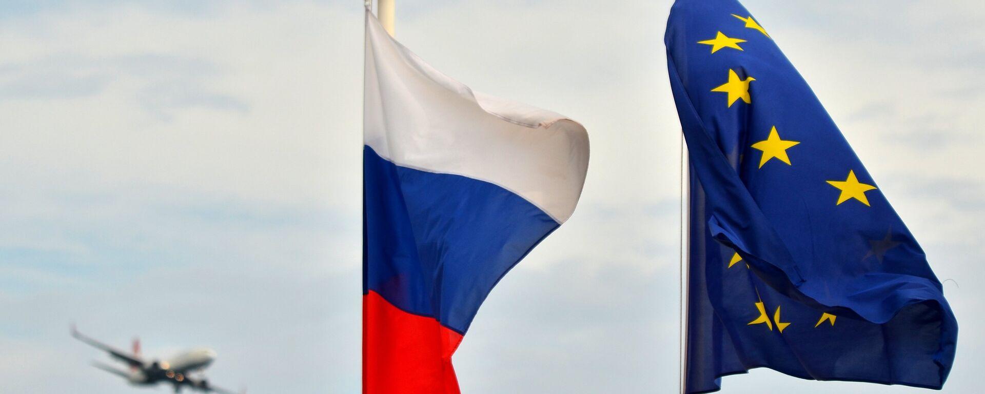 Флаги России, ЕС, Франции и герб Ниццы на набережной Ниццы - Sputnik Грузия, 1920, 27.01.2021