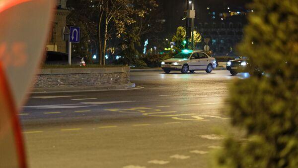 Таксисты едут по пустынной улице - пандемия коронавируса - Sputnik Грузия