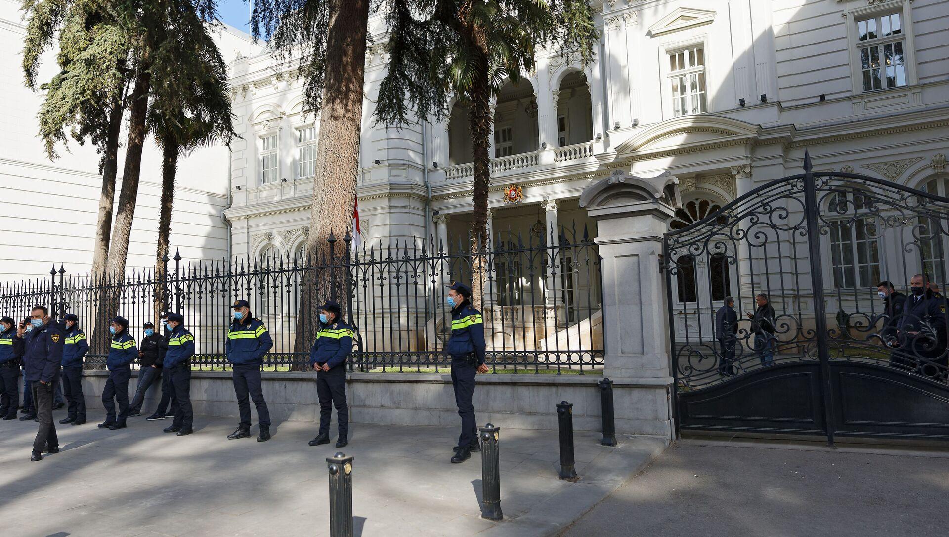 Президентская резиденция на улице Атонели под охраной полиции во время акции протеста - Sputnik Грузия, 1920, 01.03.2021