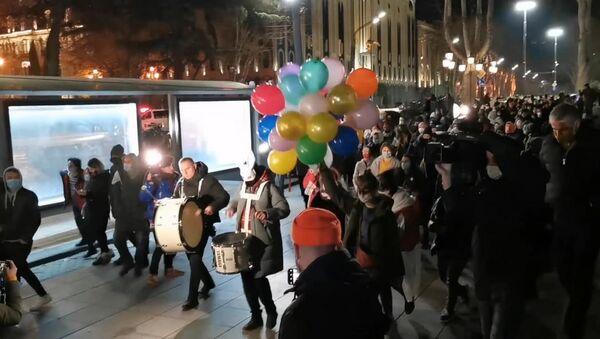 ბუშტები ღამით და ახალგაზრდები შეზღუდვების წინააღმდეგ: დაუმორჩილებლობის აქცია თბილისში - ვიდეო - Sputnik საქართველო