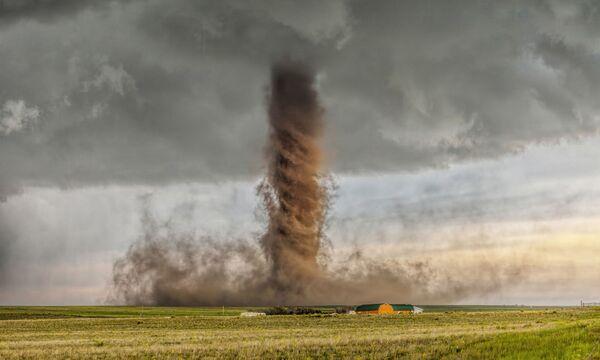 Снимок торнадо, сделанный в Колорадо (США), принес победу австралийцу Джеймсу Смарту (James Smart) в номинации Лучшее одиночное фото в категории Природа и пейзажи - Sputnik Грузия