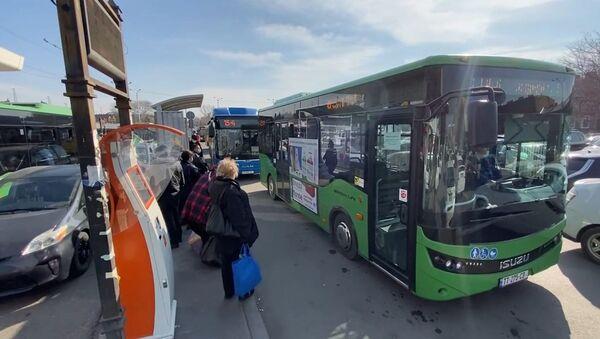 В столице Грузии восстановлено движение общественного транспорта - видео - Sputnik Грузия