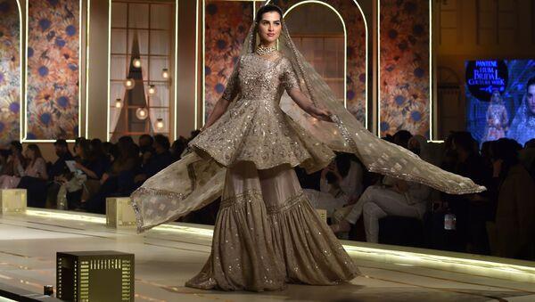 Модель во время презентации коллекции Ayesha and Usman Ali на показе мод Hum Bridal Couture Week в Лахоре  - Sputnik Грузия
