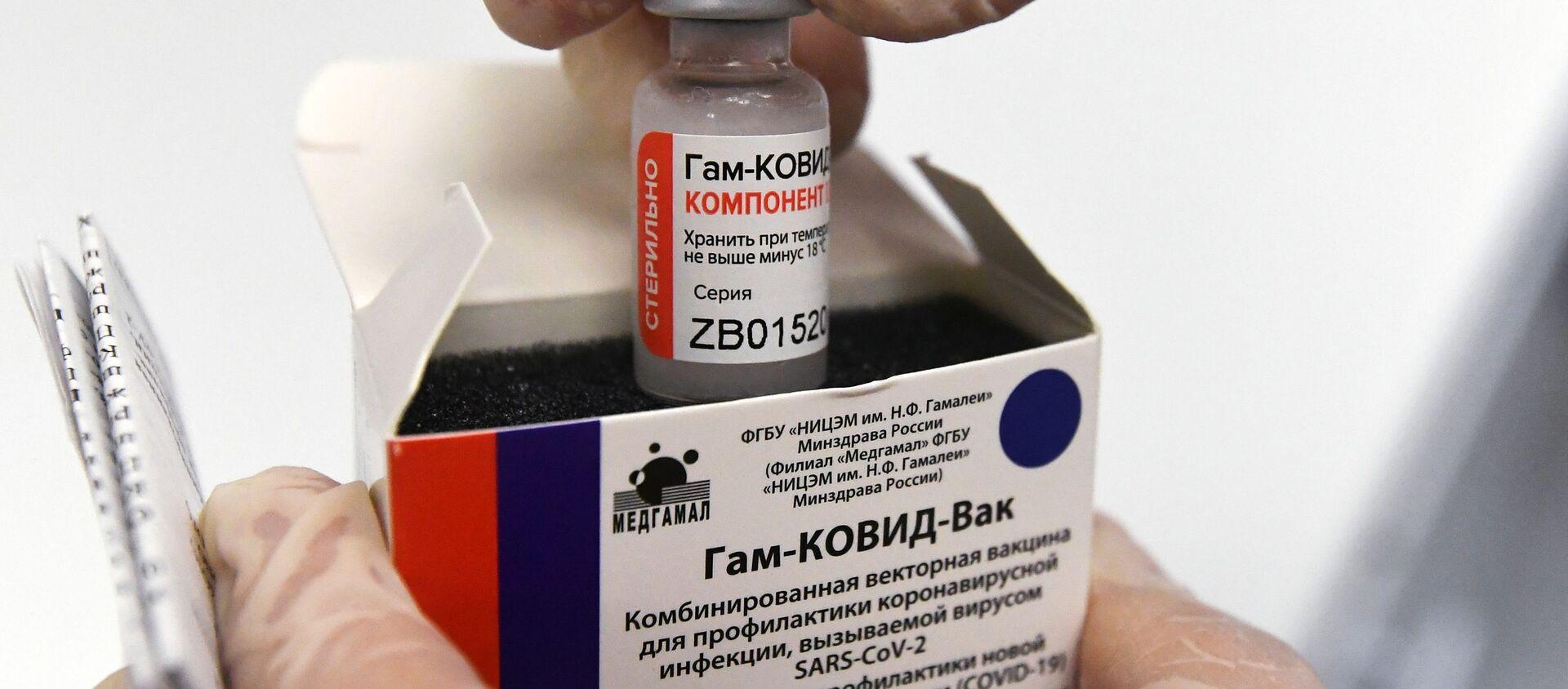 Медсестра достаёт ампулу с вакциной против COVID-19 Спутник V  - Sputnik Грузия, 1920, 09.02.2021