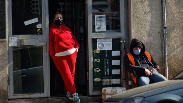 Эпидемия коронавируса - люди на улице в масках - Sputnik Грузия