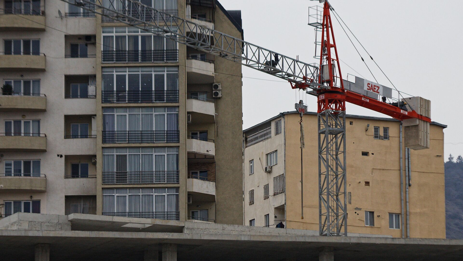 Строительство нового жилья - подъемный кран - Sputnik Грузия, 1920, 28.04.2021